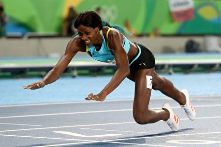 在女子400米跑决赛中,巴哈马选手米勒(Shaunae Miller)在女子400米跑决赛中爆冷夺金。图为她在终点做出鱼跃式冲刺。 (Alexander Hassenstein/Getty Images)