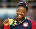 里约奥运会将在周日(21日)闭幕,拜尔斯获选担任闭幕式美国队旗手,成为史上第二名担任美国队旗手的体操运动员。(Alex Livesey/Getty Images)