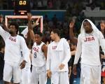 美国梦幻队欢庆胜利。 (Photo credit should read MARK RALSTON/AFP/Getty Images)