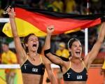 德国沙滩排球女将战胜巴西队夺得奥运冠军。(Quinn Rooney/Getty Images)