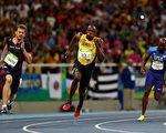 牙买加短跑名将博尔特(Usain Bolt)完成史无前例的100公尺、200公尺、400公尺接力3项3连霸。(Elsa/Getty Images)