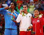 2016年里约奥运会羽毛球女子单打决赛落幕,西班牙马林赢得金牌,印度选手(左)夺银,日本选手(右)铜牌。  (Clive Brunskill/Getty Images)