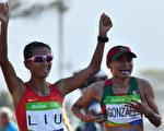刘虹竞走成绩为1小时28分35秒,以2秒之差打败墨西哥的冈萨雷斯(Maria Gonzalez)。另外1名中国选手吕秀芝以1小时28分42秒获得铜牌。 (JEWEL SAMAD/AFP/Getty Images)