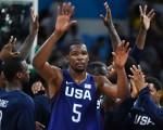 杜兰特与美国队员庆祝打进决赛。(Photo credit should read ANDREJ ISAKOVIC/AFP/Getty Images)