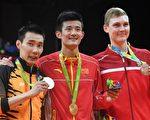 8月20日,里约奥运男子羽球单打决赛中,中国选手谌龙获得金牌、马来西亚名将李宗伟屈居亚军,而丹麦新秀阿塞尔森击败卫冕冠军林丹获得铜牌。 (GOH CHAI HIN/AFP/Getty Images)