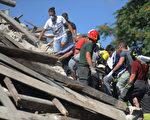義大利古城佩斯卡拉托德爾特龍托遭遇地震,8月24日,營救人員仍在尋找生還者和遇難者屍體。(MARCO ZEPPETELLA/AFP/Getty Images)
