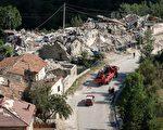 意大利中部城市阿馬特里切在8月24日凌晨經歷6.2級地震後,再於26日經歷4.2級餘震,目前已確認267人罹難。圖為26日餘震後的災區。  (MARIO LAPORTA/AFP/Getty Images)
