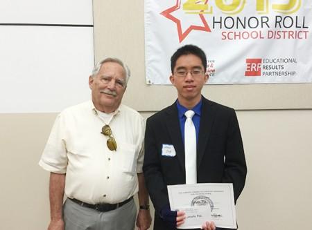 圖: 馬志成(Jason Ma) 獲頒辯論賽獎,即將入讀加州伯克利分校經濟學專業(Juliet Zhu/大紀元)