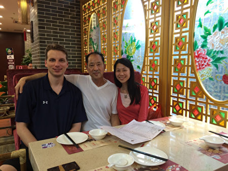 王曉丹(右)18歲離開父親(中),18年後才與父親在中國重逢,可是幸福是那麼短暫。(王曉丹提供/大紀元)