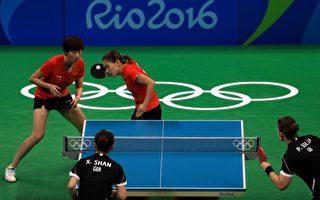 里约奥运乒乓球竞赛,四分之一选手是中国人。图为女子团体赛,中、德选手争夺金牌,德国的一名选手为来自中国的单晓娜。(Mike Ehrmann/Getty Images)