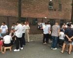 法拉盛凱辛娜大道楓葉遊樂場外,華人常聚眾打牌並圍觀,109分局提醒,遊樂場屬公園局管理,禁抽煙賭博。 (讀者提供)