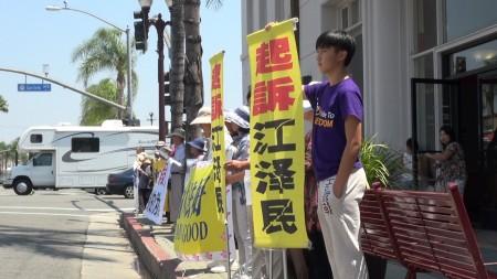 法輪功學員,用橫幅和展板,希望讓更多中國人,了解中共對人權的殘酷迫害。(薛文/大紀元)