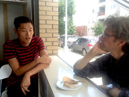 Darren Wong(左)介绍他的得意之作。