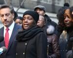 去年2月,在获知梁被控误杀后,格利的同居伴侣Kimberly Ballinger(中)在记者会上。她与格利共同的女儿Akaila,将成为这起民事赔偿的受益人。  (Spencer Platt/Getty Images)