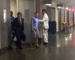 法律助理努涅斯的代表律师、于本杰明(右二)、于的代表律师走出法庭。 (蔡溶/大纪元)