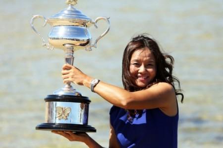 捧得2014澳大利亚网球公开赛女子单打冠军的李娜。(Graham Denholm/Getty Images)