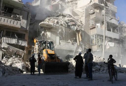 阿勒頗東部地區日前已經連續四天遭到夜襲。美國英國法國譴責敘利亞和俄羅斯的軍事行動。(AFP PHOTO / THAER MOHAMMED)