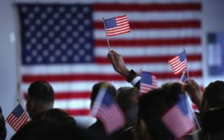美移民入籍申請驚人增長 或影響大選結果