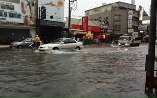 受低壓帶影響台灣大雨釀災 中南部還有大暴雨