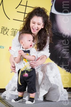 徐若瑄與兒子「小V寶」(Dalton)。(陳柏州/大紀元)