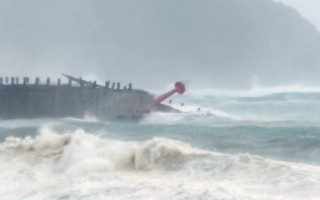 强台莫兰蒂暴风圈9月14日横扫台东,有3人受伤,3人前往嘉明湖失联,南横公路中断,海面上滔天巨浪吞噬2根灯塔,上万户停电。图为南寮渔港灯柱。(海巡提供)