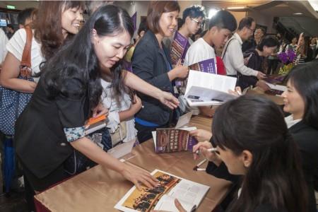神韻交響樂團中壢首演後的簽名會,5位神韻音樂家現身為樂迷們簽名,吸引近百位民眾排隊,氣氛熱絡。(唐賓/大紀元)