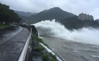 台风马勒卡带来丰沛雨量,石门水库水位244.15公尺,有效蓄水容量96.39%,18日上午6时开启排洪隧道排洪400cms,将视水库入流量调整排洪量。(北水局提供)
