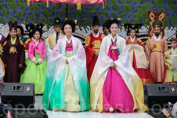 组图:韩国传统文化节 宫廷韩服华丽登场