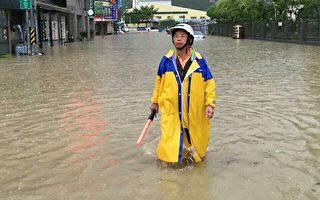 高市鼓山区厚生里9月连续台风冲击下,一个月淹水3次,里长欧瑞清水中指挥交通,相当无奈。(高雄市国民党部提供)