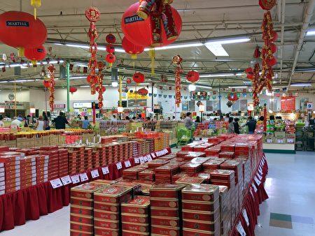 亞裔超市堆積如山的月餅。(劉菲/大紀元)