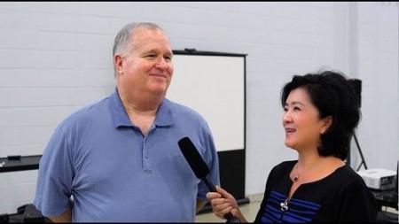 南卡羅萊納大學艾肯分校終身榮譽校長湯姆·豪爾曼(Thomas Hallman)博士很有興趣了解法輪功(新唐人)