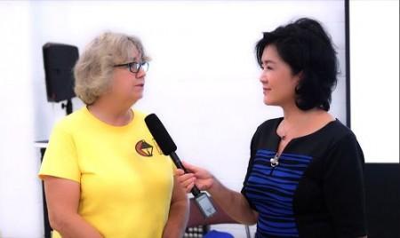 終身教育學院的負責人之一琳達·索亞斯(Linda Soyars)女士非常喜歡介紹法輪大法的課程(新唐人)