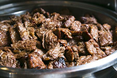 价格为$35.95的正餐烤牛排,客人可在价格仅为$29.95的自助午餐中无限量享用。(Samira Bouaou/大纪元)