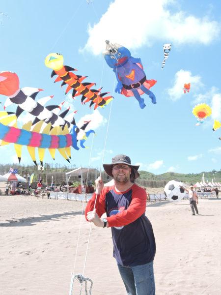 新北市北海岸國際風箏節24日邀世界各國風箏好手齊聚石門白沙灣競技及炫目展演,選手帶來各具代表的風箏,將湛藍的天空妝點得熱鬧非凡。(新北市政府提供)