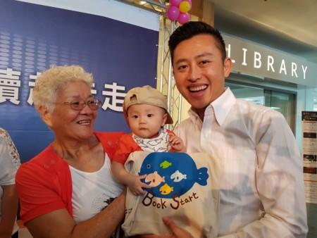 林智坚鼓励父母多念书给孩子听、凝聚亲子情感。(林宝云/大纪元)