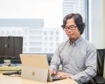台湾微软营运暨行销事业群总经理矶贝直之在个人办公室的工作情形。(陈柏州/大纪元)