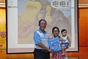 苗栗市长邱炳坤赠礼袋给家长。(许享富 /大纪元)