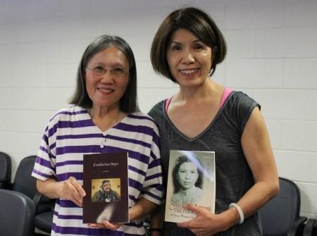 華裔作家王泰瑛(Veronica Li)(左)與「粉絲」。(何伊/大紀元)