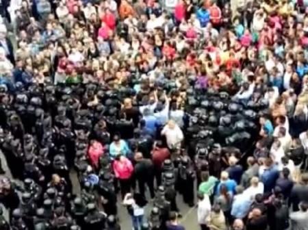 8月30日,山西太原市萬柏林區窊流村數千村民與數百名警察對峙,阻止建拆遷標語門,抗議當地政府城中村改造賠償不公。(網絡圖片)