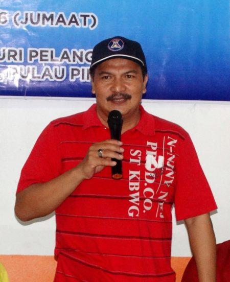 槟城五条路彩虹公寓睦邻计划中心主席Mohamad Rais颁发纪念品仪式上,发言感谢法轮大法。(大纪元)