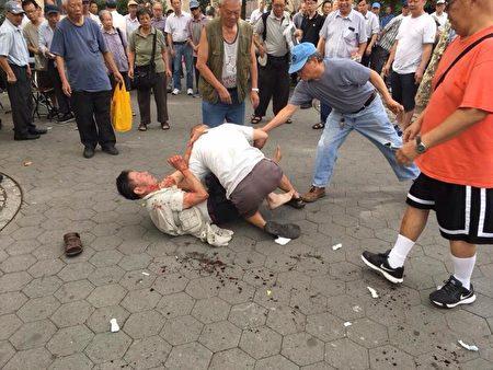 两名老人跟年轻人一样打成一团,双双挂彩,地上血迹斑斑,并引来大批人围观。 、