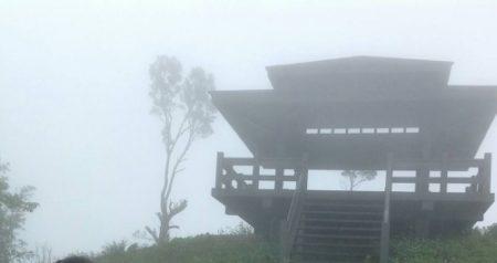 雲霧繚繞的台灣金針山摘星樓。(攝影:貫明)