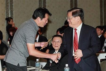 2010年时任中共文化部长蔡武(右)率团访台期间,收到法轮功学员递交的劝诫信。(宋碧龙/大纪元)