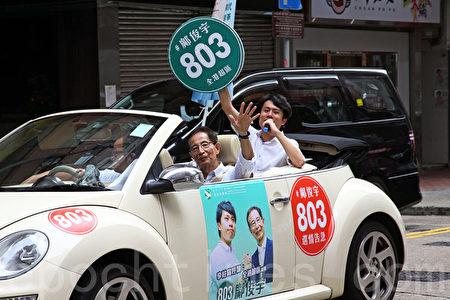 昨日在創黨主席李柱銘陪同下一起坐開蓬車,在九龍巡遊拉票,希望市民支持他「頂住周浩鼎,頂住建制派」。(李逸/大紀元)
