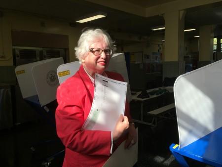 第16選區州參議員民主黨候選人史塔文斯基在投票站投票。