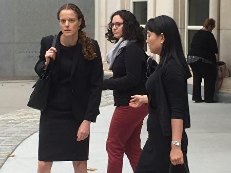 9月6日林颖(右一)和律师走出法庭。