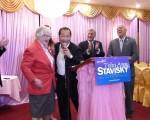 民代、社區人士慶祝史塔文斯基贏得初選。 (林丹/大紀元)