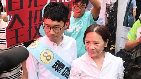 羅冠聰昨日獲藝人葉德嫺現身助選,她希望香港人不要放棄為自己家園做事的一個機會。(孫青天/大紀元)