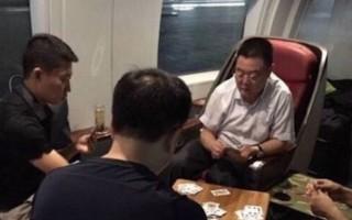 有网民爆料,在乘坐高铁时,自己的座位却被几名北京武警霸占打牌。随后有网民认出其中一人是武警副司令潘昌杰中将。 (网络图片)