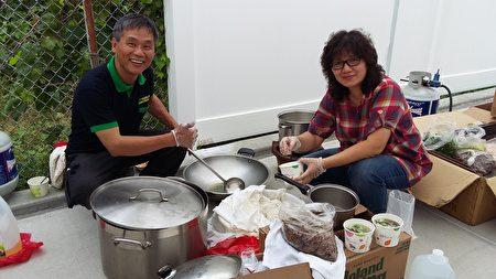 大纽约客家会第一副会长黄开荣及太太为法拉盛华商会亲子活动供应地道传统客家美食,大受欢迎。